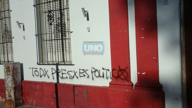 La sede del partido en calle San Martín amaneció con pintadas.