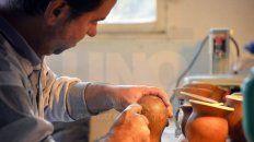 Tallado a mano. Javier Tabares transforma las calabazas materas en bellísimas artesanías.