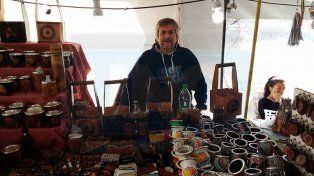 Trabajos en cuero. Mario Perrone fabrica distintos objetos.