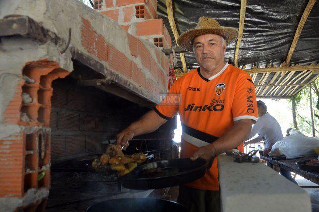 El parrillero del comedor de pescado Gauchito Gil. FotoUNOMateo Oviedo.