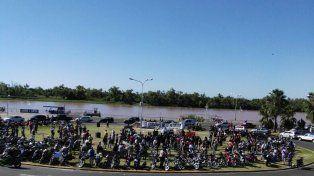 La rotonda se va llenando de motociclistas. FotoUNOMarcelo Comas.
