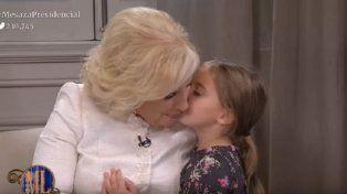 Antonia se metió en la cena y le dio un beso a Mirtha