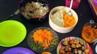 Los colores de la comida viva alegran la mesa.