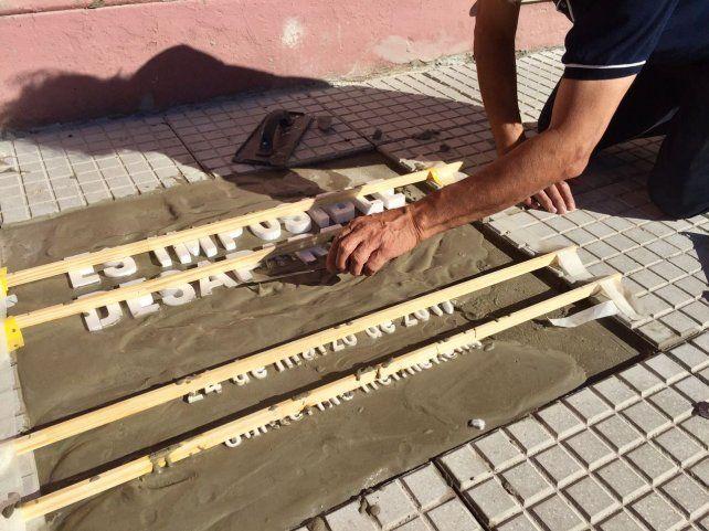 Con una intervención en la vereda del Bellas Artes comenzó Baldosas x la Memoria