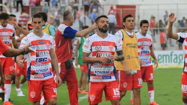 Atlético Paraná perdió y desperdició una gran chance