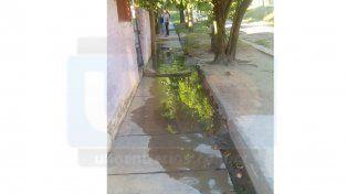 Insalubre. Hay vecinos con el agua servida en sus patios.
