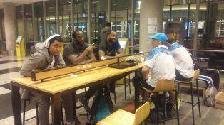 Los jugadores del AEC aguardan en Aeroparque el vuelo que los llevó anoche a Río Gallegos.