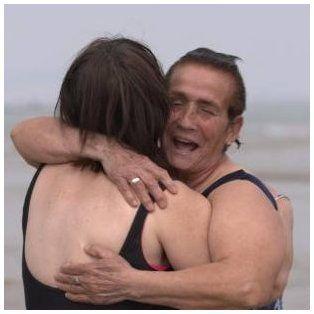 La emotiva reacción de dos mujeres al conocer y bañarse por primera vez en el mar