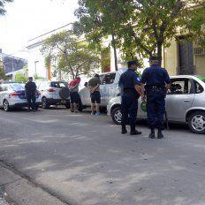Los hermanos detenidos frente a la camioneta que estaban robando. Foto UNOMateo Oviedo.