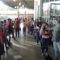 Colas interminables para viajar a Santa Fe, en la terminal de ómnibus de Paraná
