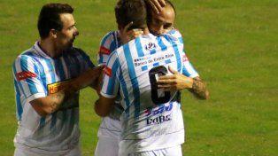 Alfredo Ramírez festeja con sus compañeros el primer gol del equipo entrerriano.