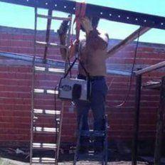 Un hombre murió electrocutado cuando construía su casa