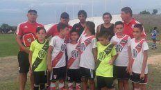 Los seleccionadores de River junto a pequeños jugadores y algunos dirigentes de la Filial Hernán Díaz.