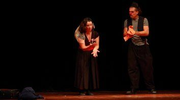 Chichita, la bola de contact y Buñuelo. Foto: Julián Villarraza/ Gentileza Instituto Nacional del Teatro, Representación Entre Ríos.