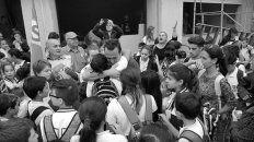 El profe Matias despedido por los estudiantes. Foto V. J. Borra.