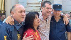 Los padres de Micaela junto a funcionarios policiales.