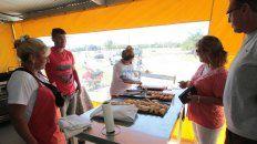 La docena de empanadas de pescado valen 100 pesos. Foto UNO Juan Ignacio Pereira.