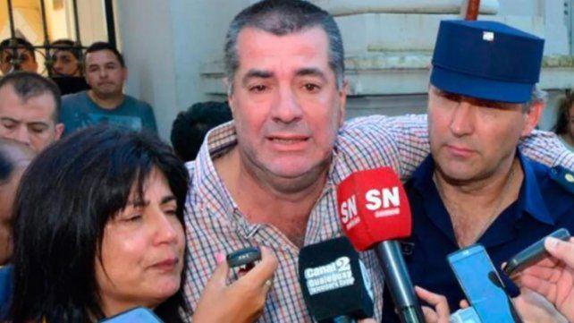 Los padres de Micaela junto a un funcionario policial.