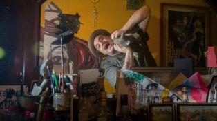 Solari jugando con su gato Júpiter frente al espejo.