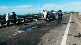 La camioneta tiene las marcas de un fuerte impacto en el puente. Foto Bomberos Voluntarios de Ceibas.