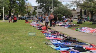Los puestos se arman en el piso respetando las sendas peatonales. Foto UNO Diego Arias.
