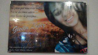 En el salón de la escuela. El cuadro con la imagen de Gisela y un texto grabado por sus compañeros.