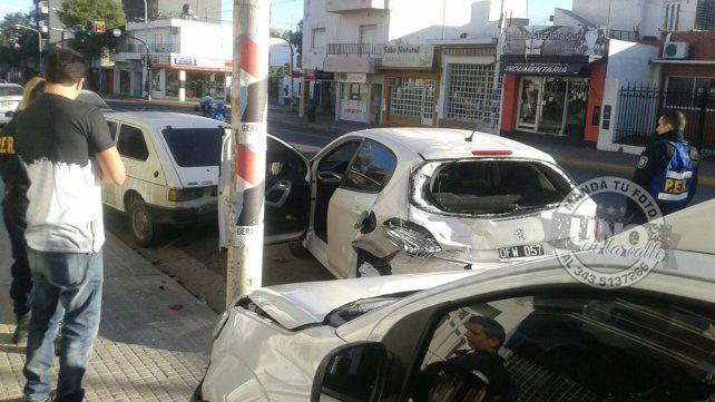 Chocó dos vehículos estacionados
