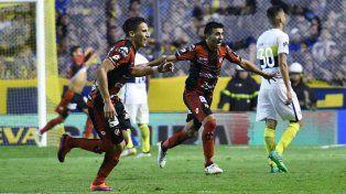 Los jugadores de Patronato van a festejar al banco mientras que Arce el autor del gol se saca la camiseta. Foto Télam.