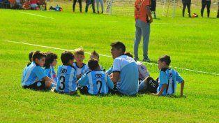 Los niños de Albiceleste escuchan atentamente las indicaciones de su coordinador.