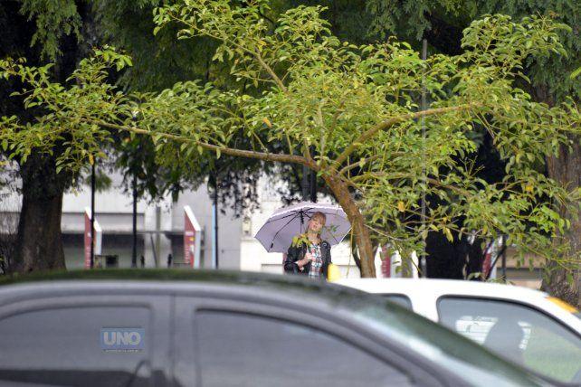 Habrá que salir a la calle con el paraguas y ropa abrigada. Foto UNO Mateo Oviedo.