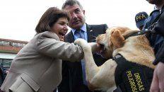 en la presentacion de la policia federal un perro antinarcoticos se abalanzo hacia la ministra de seguridad