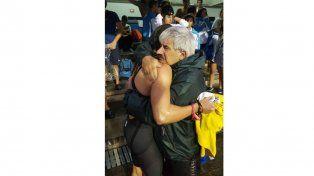 Flor junto a su entrenador Humberto Quinodoz en un abrazo colmado de emociones.