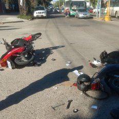 Dos motos colisionaron en una esquina con semáforos