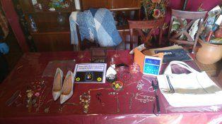 Las pertenencias que encontraron en una de las casas allanadas. Foto PER.