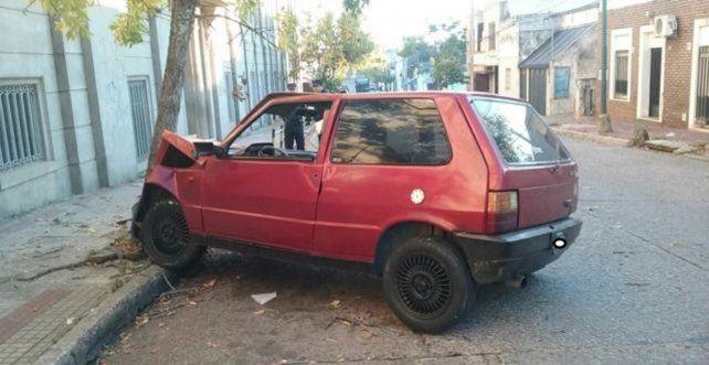 Así quedó el auto contra el árbol en calle Pedro del Castillo de Concordia.