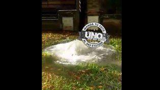 Así brota el agua en una vereda de Paraná