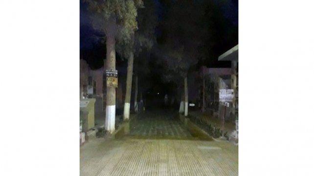 En el fondo de la imagen se puede observar un cuerpo blanco.