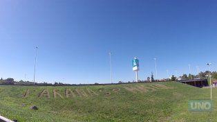 El mensaje está sobre la barranca del puente que conduce hacia el Túnel Subfluvial. Foto UNO.