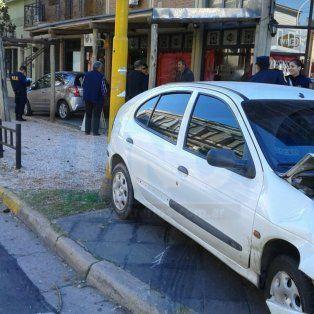 Dos autos casi se meten en una pizzería tras chocar en Urquiza y Ferré