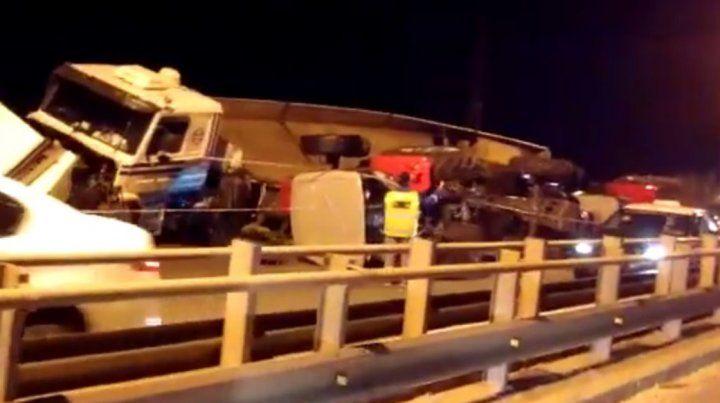El vuelco de un camión en ruta 168 reavivó la polémica por el servicio de transporte entre Paraná y Santa Fe