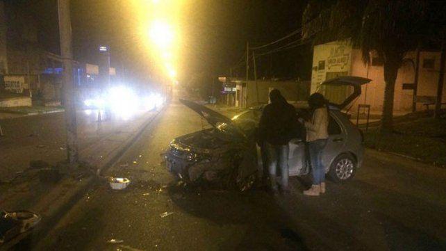 Una mujer perdió el control de su auto y chocó una columna