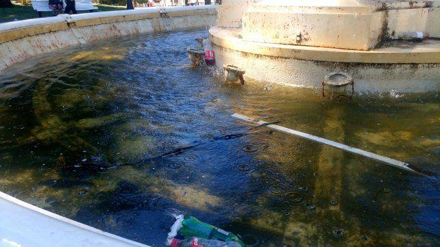 Los usuarios de la plaza también son responsables de tirar residuos en la fuente. Foto UNO.