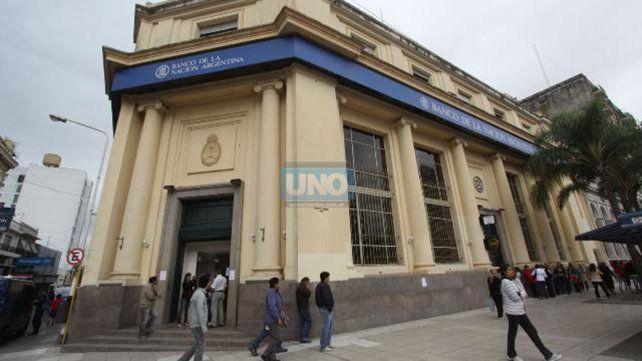 En un primer momento el hombre fue auxiliado por personal policial que se encontraba en la puerta de la entidad bancaria