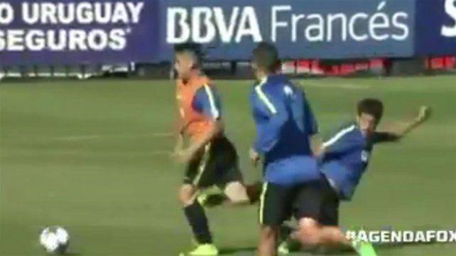 Pablo Pérez le pegó una patada a un juvenil y Gustavo Barros Schelotto lo echó de la práctica: enojado, el volante se fue del predio