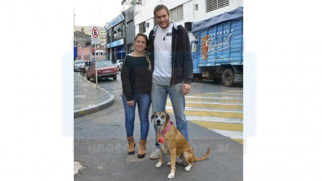 CON SU GENTE. El misionero nacido el 13 de marzo de 1986 junto a su novia Antonella y su perra Inka.