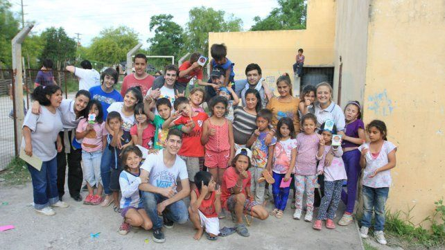 Jóvenes invitan a llevar alegría a niños de diferentes barrios de Paraná