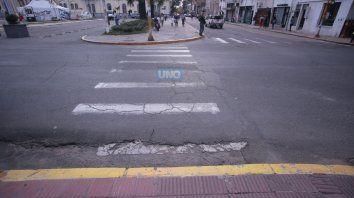 La senda peatonal carece de rampas. Foto UNO Juan Ignacio Pereira.