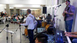 Anfitrión. Silvestre Cabaña recibe a distintos artistas.