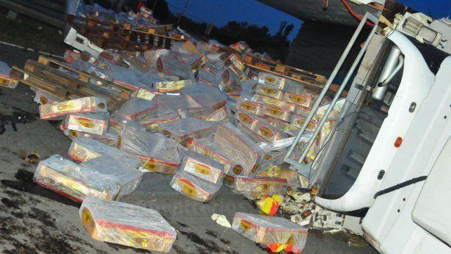 Un camión cargado con pollos volcó en el Acceso Norte