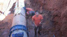 trabajan en calle mihura para reparar un cano que dejo sin agua a la zona sudeste de parana